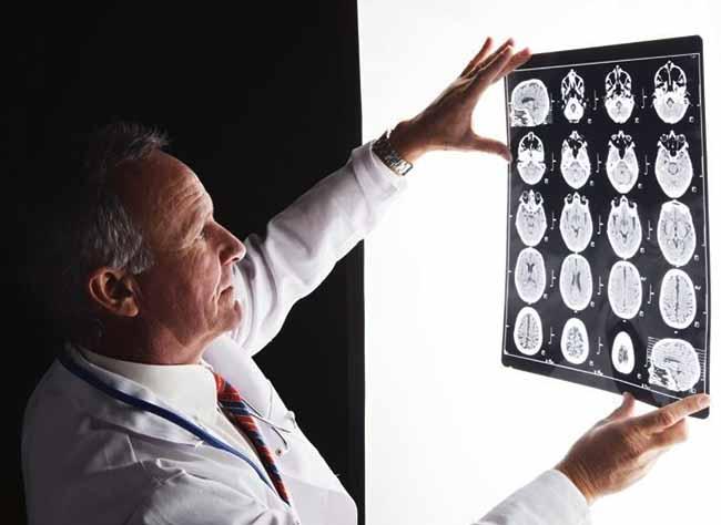 medico mira radiografia