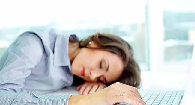 mujer durmiendo en oficina