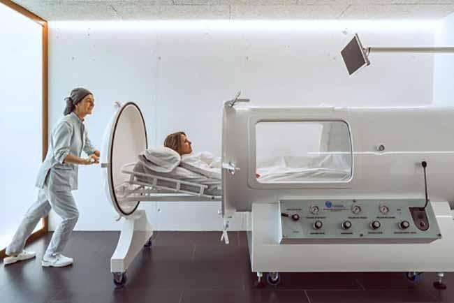 mujer en camara hiperbarica