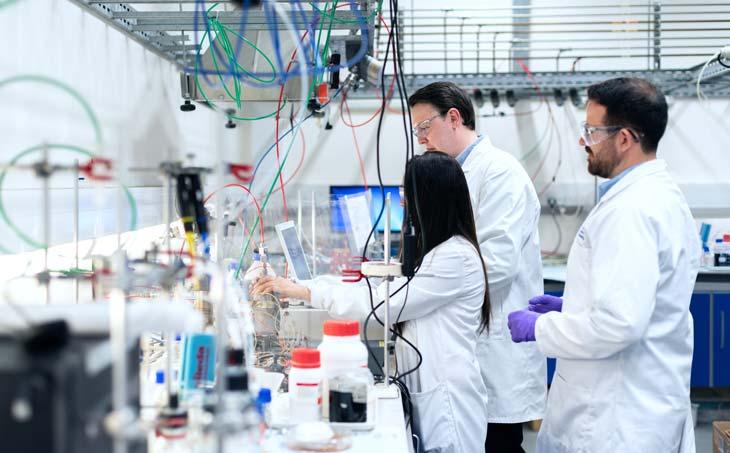 Prestigiosos investigadores en el laboratorio